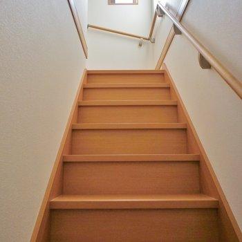 階段にはちゃんと手すりついてますよ。