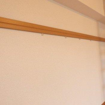 こちらの壁には物かけがついていて、便利♪ ※写真は別部屋となります