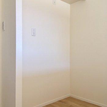 キッチン後ろのスペース。冷蔵庫を置いてもゆとりがありそう※通電前
