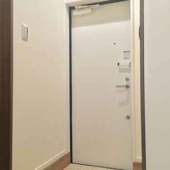 玄関はこんな感じ。左手に先程のサニタリーが※写真は前回募集時のものです