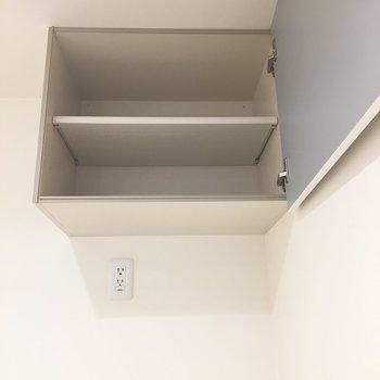 【LDK】上を見上げると、冷蔵庫置き場の上にも収納が。