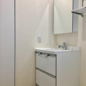 鏡が大きめの独立洗面台。