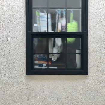 リビングの東側の窓からはお隣さんの窓が見えます。