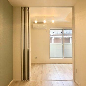 【洋室】白い引き戸でリビングと仕切られています。