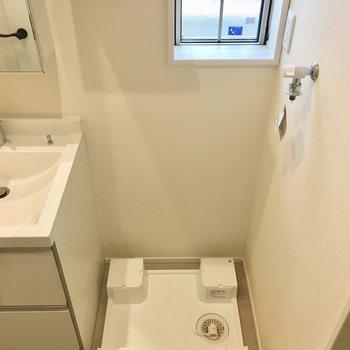 その横には洗濯機置き場が。洗剤やタオルを置く棚もありますよ。