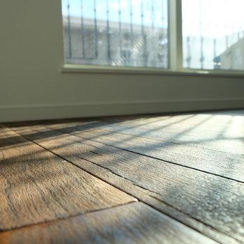 無垢材の床で質感を楽しめます