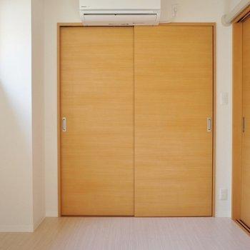 エアコンは洋室に各1つずつ、キッチンにも1つあります