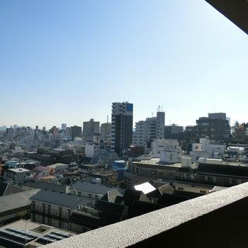 共用部からの景色、遠くの空と街