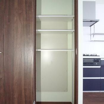 キッチン横に収納棚が!