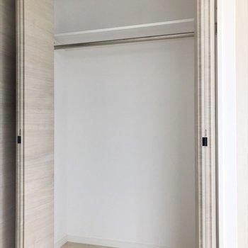 奥行きのあるクローゼット◎(※写真は9階の同間取り別部屋のものです)