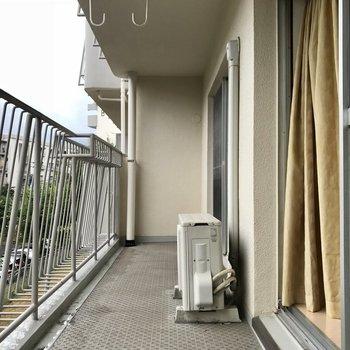 リビング側のバルコニー。洗濯物が溜まっても安心!玄関横のお部屋にも小さめのバルコニーがありました。