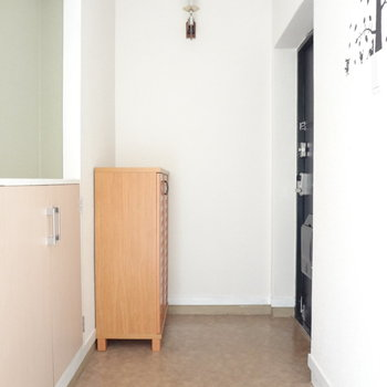 玄関も広いな〜ちょこんとある靴箱もカワイイ。