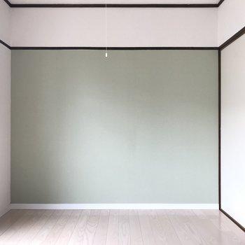 玄関横のお部屋です。こちらのお部屋もアクセントクロスが!かわいい〜