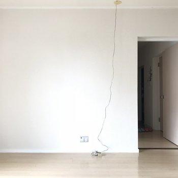 白い壁なのでどんな家具でも映えそう。