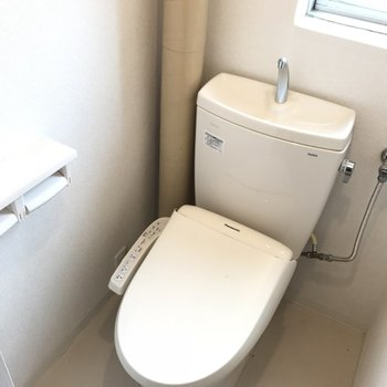 トイレはもちろんウォシュレット付き!小窓で換気も◎