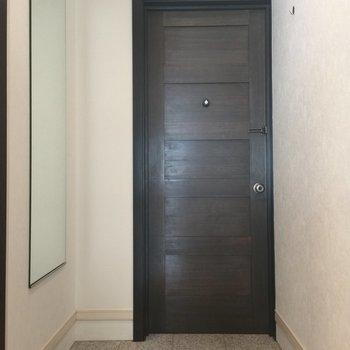 玄関ドアの木の風合いが良いですね