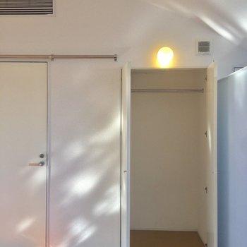 玄関上にもライトあるんです〜お洒落