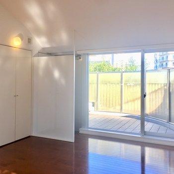 玄関側にもガラス張りのため、採光、換気ばっちりです。