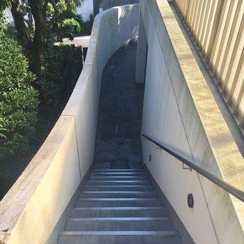 ラウンドした廊下を登ると3階へつきます