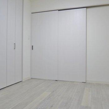 洋室はベットを置いても広々使えますね