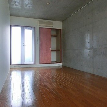 2階にはクローゼットに小さなベランダ※写真は別部屋