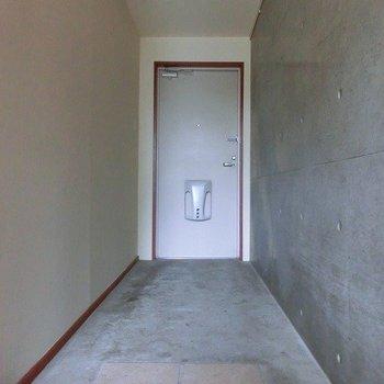 土間のような広さのある玄関周り※写真は別部屋