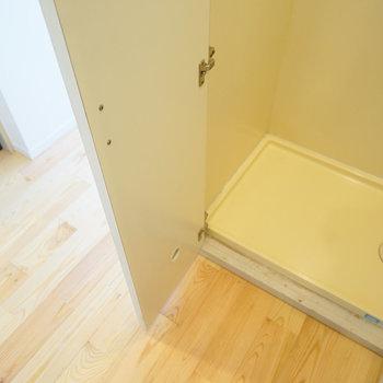 玄関前に洗濯機置き場です