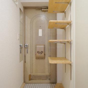 玄関は白タイルに可動棚!※写真は前回募集時のものです