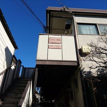 2階建てのアパートです。※写真は前回募集時のものです