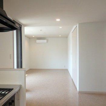 キッチン側からの様子はこちら。※写真は3階の同間取り別部屋です
