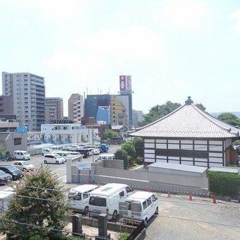 眺望。お寺が見えます。※写真は3階の同間取り別部屋です