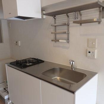 ガスコンロ2口。その隣に洗濯機置場。※写真は前回募集時のものです