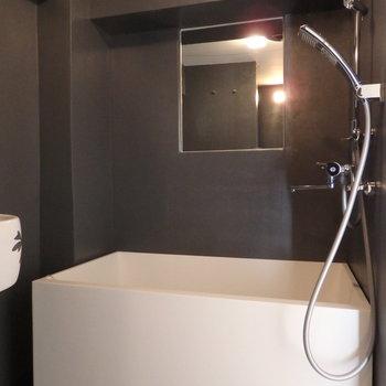 浴槽はシンプルな箱型がかっこいい。鏡ちゃんとついています。※写真は前回募集時のものです