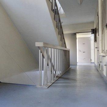 共用部。この階段を登ってきます。