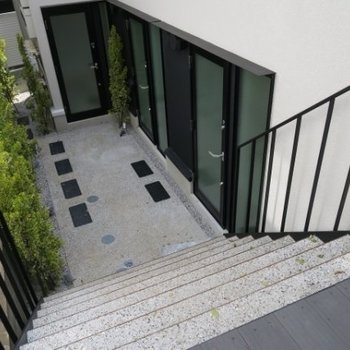 通りから階段を降りてお部屋へ