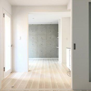 反対側より。白く、清い※写真は別部屋になります