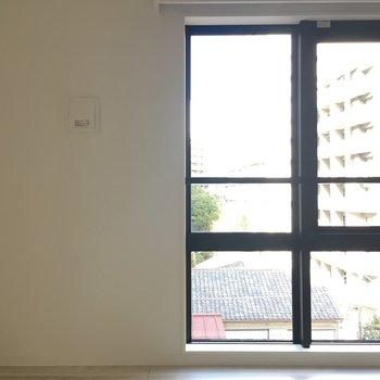 窓は大きくて明るい※写真は別部屋になります