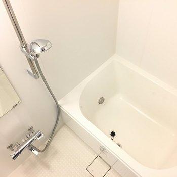 お風呂、バスタブはそこまで大きくないです※写真は別部屋になります