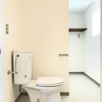 トイレ横から