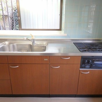 キッチンは3口ガスコンロ。