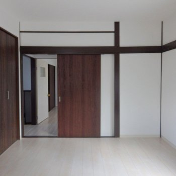 洋室➀:大きな収納もついています。