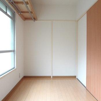 奥行きたっぷりなので衣裳部屋に良さそう!※写真は別室です。