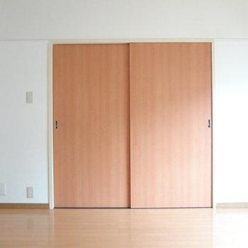 この扉を開けるとリビングへと繋がっています。※写真は別室です。