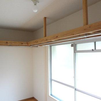 パイプハンガーもあるので収納しやすそう。※写真は別室です。