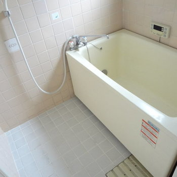 お風呂はちょっと古めかな。※写真は別室です。