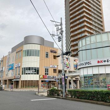 駅前には飲食店やスポーツジムなどもありました。