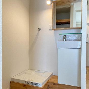 お部屋の真ん中あたり、奥まったところに洗面台と洗濯機置き場。