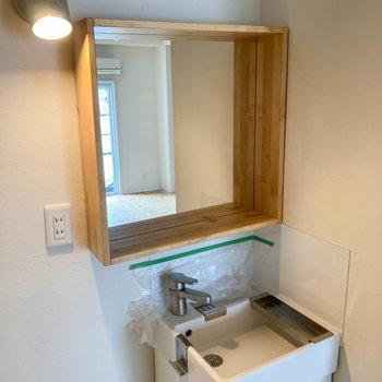 鏡の枠にものが置けるようになっています。