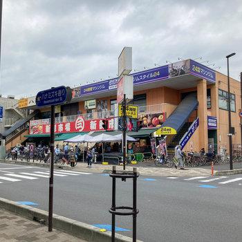 他にもスーパーがたくさんある街です。