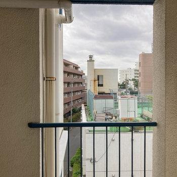 キッチン横の窓からの眺望は共用部の廊下です。